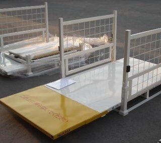 長尺貨物用アタッチメント付きラック