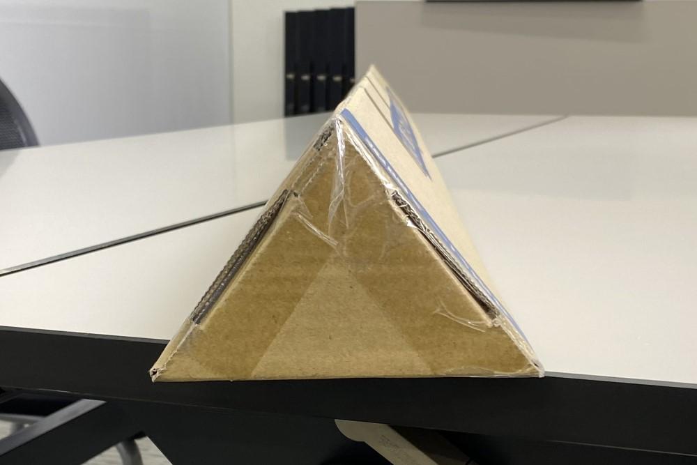 断面は二等辺三角形です
